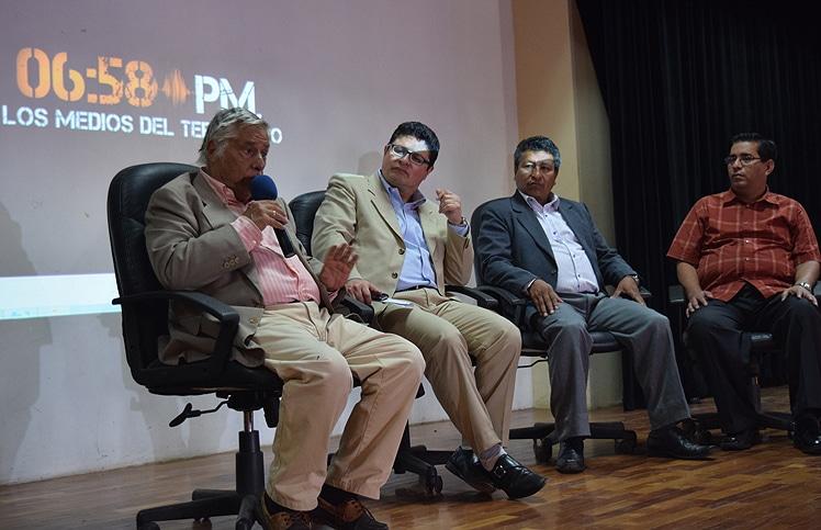 En Bahía de Caráquez, de izquierda a derecha: Miguel Ángel Bastenier, César Ricaurte, director de Fundamedios; José Olmos, periodista de El Universo; José García, periodista de El Diario manabita.